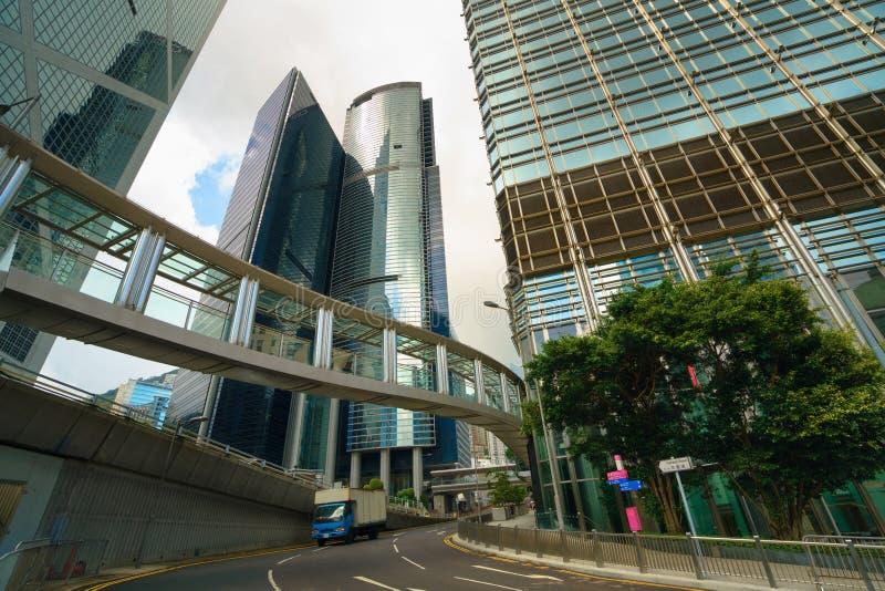 Modern kontorsbyggnader och stadsgata i centrala Hong Kong royaltyfri fotografi