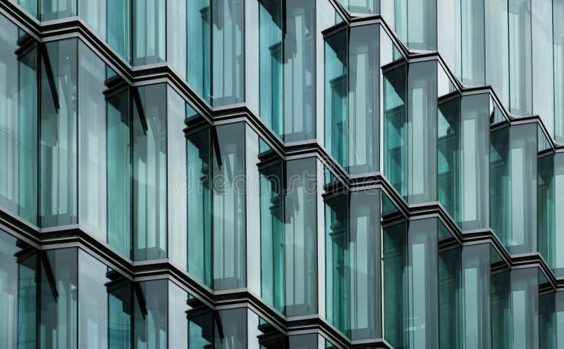 Modern kontorsbyggnadexponeringsglasfasad royaltyfria foton