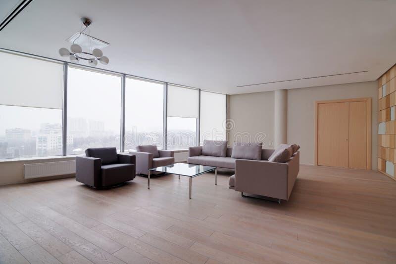 Modern kontorsbyggnadinre royaltyfria bilder