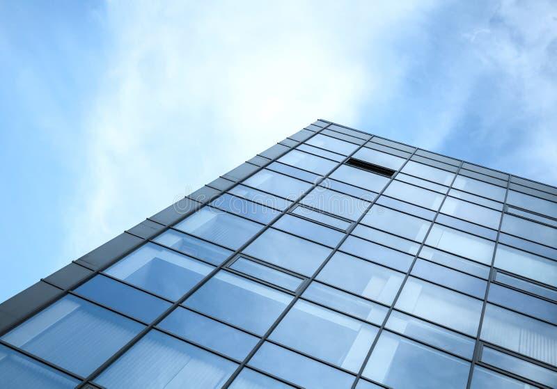 Modern kontorsbyggnadvägg som göras av exponeringsglas och stål arkivfoto
