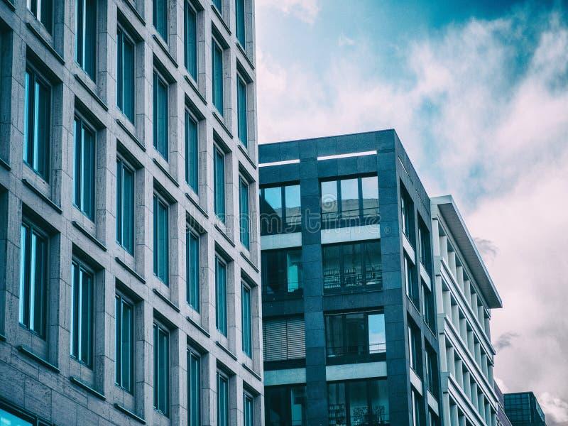modern kontorssky för blå byggnad arkivbild