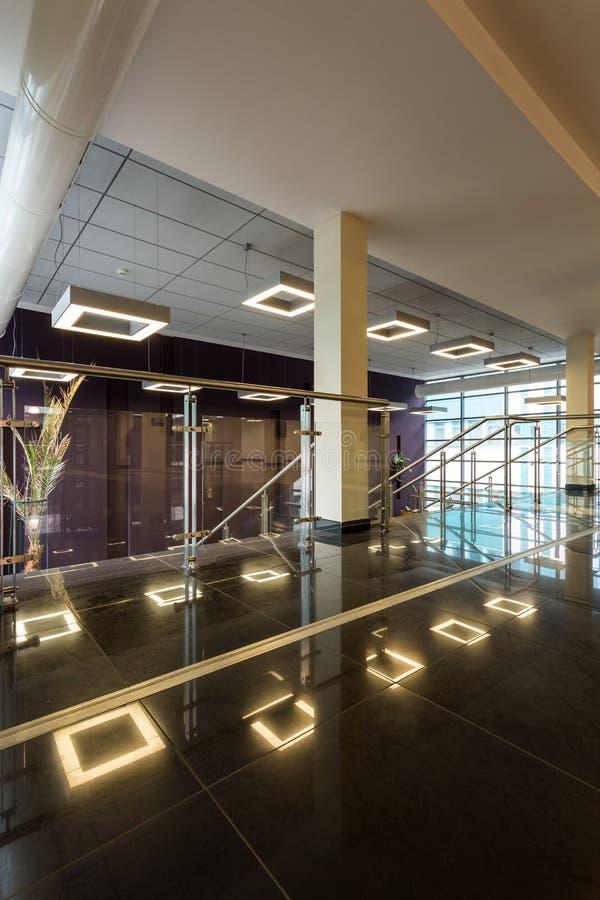 Modern korridor med det minimalistic panelljuset royaltyfri fotografi