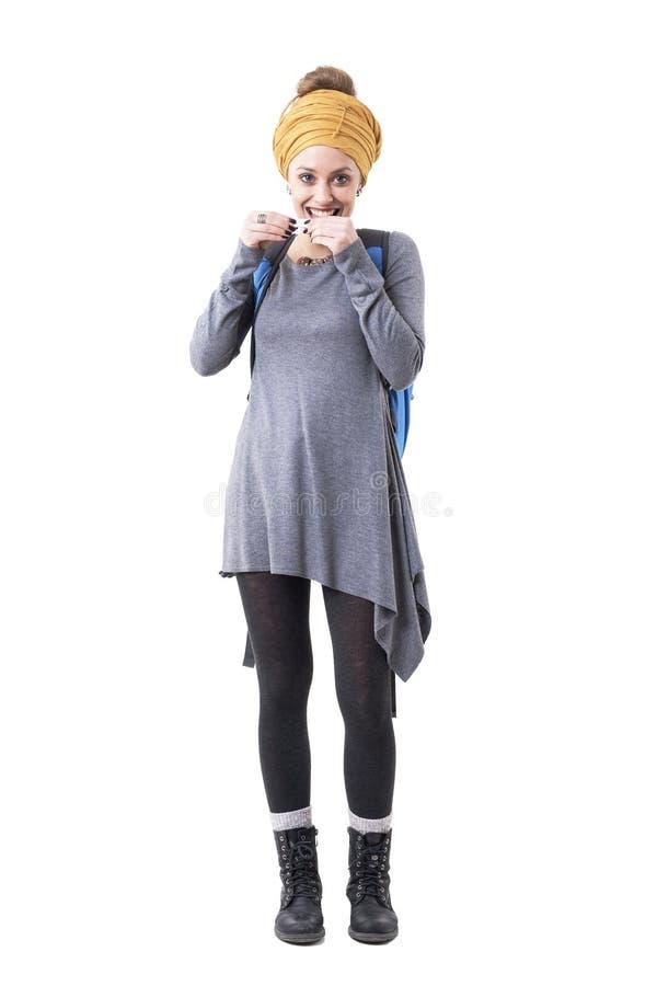 Modern kvinna för stilfull millennial hipster med slicka och rullande tobakcigaretter för ryggsäck royaltyfri foto