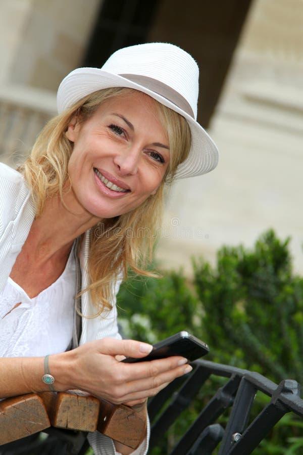 Modern kvinna med hatten utomhus royaltyfri fotografi