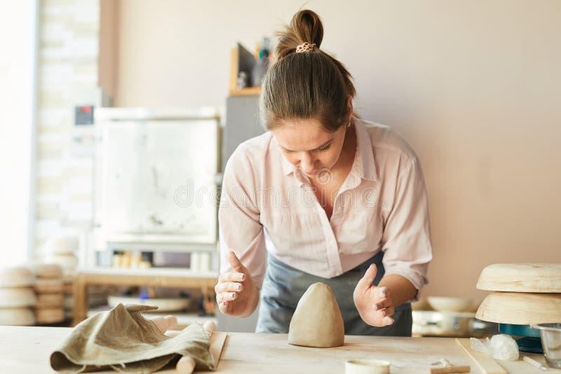 Modern kvinnlig keramiker royaltyfria bilder