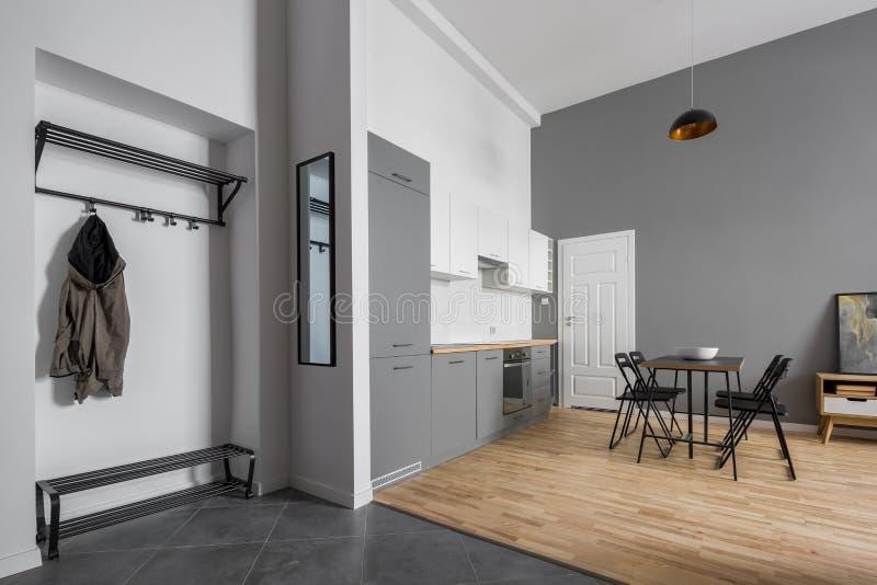 Modern lägenhet med pentryt och äta middag område arkivbilder