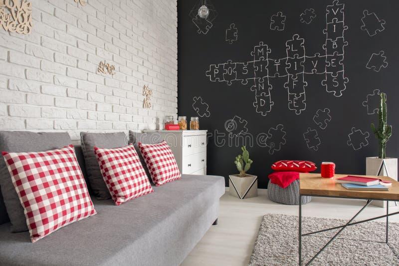 Modern lägenhet med soffan royaltyfri foto
