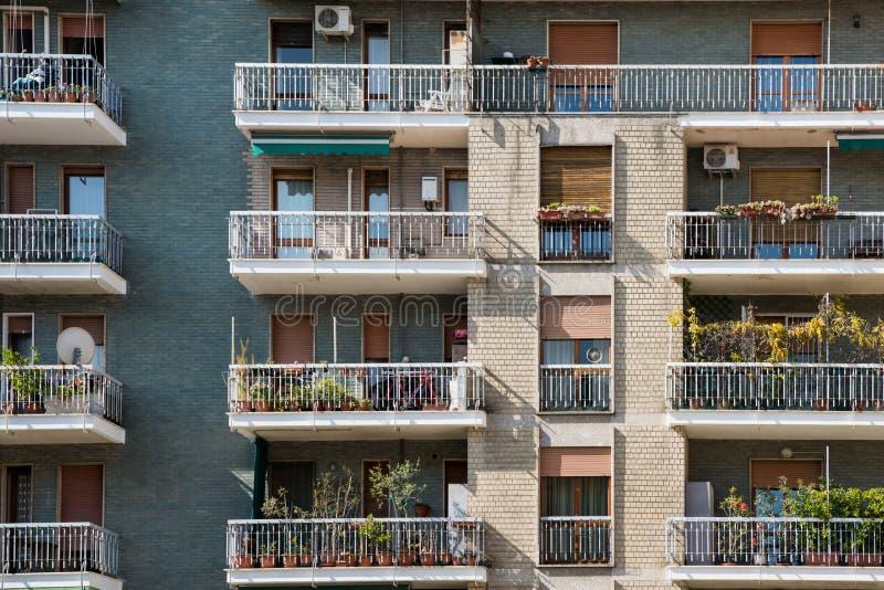 Modern lägenhetbyggnad i Milan, Italien, Tuscany region royaltyfria bilder