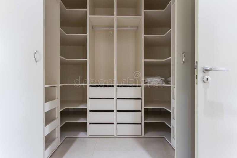 Modern lägenhetinre med den enorma garderoben arkivfoto