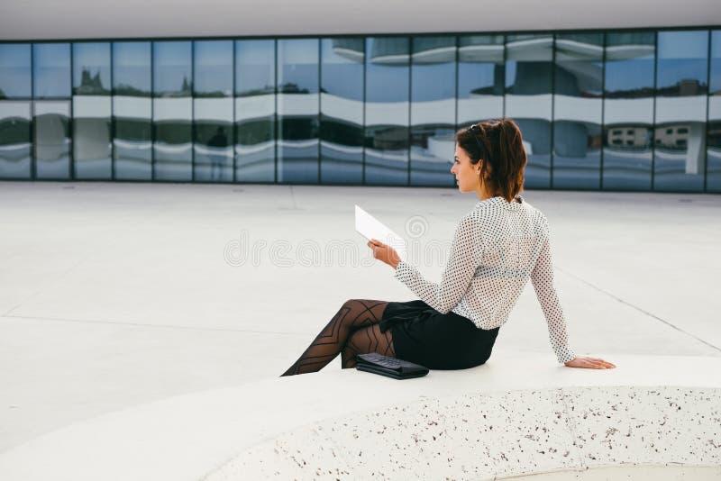 Modern läsning för yrkesmässig kvinna för busienss på minnestavlan royaltyfri foto