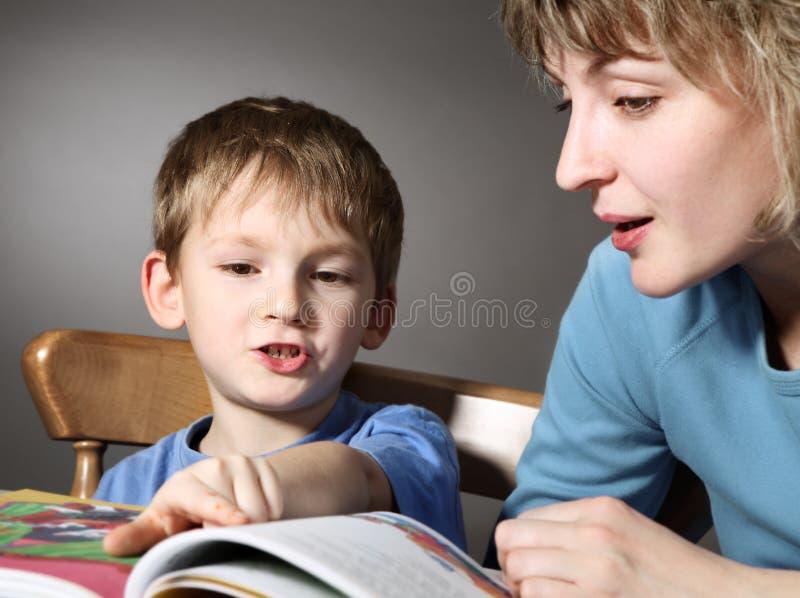 modern läste sonen undervisar till royaltyfri bild