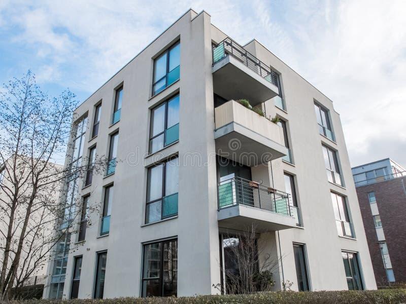 Modern låg löneförhöjninghyreshus med balkonger fotografering för bildbyråer