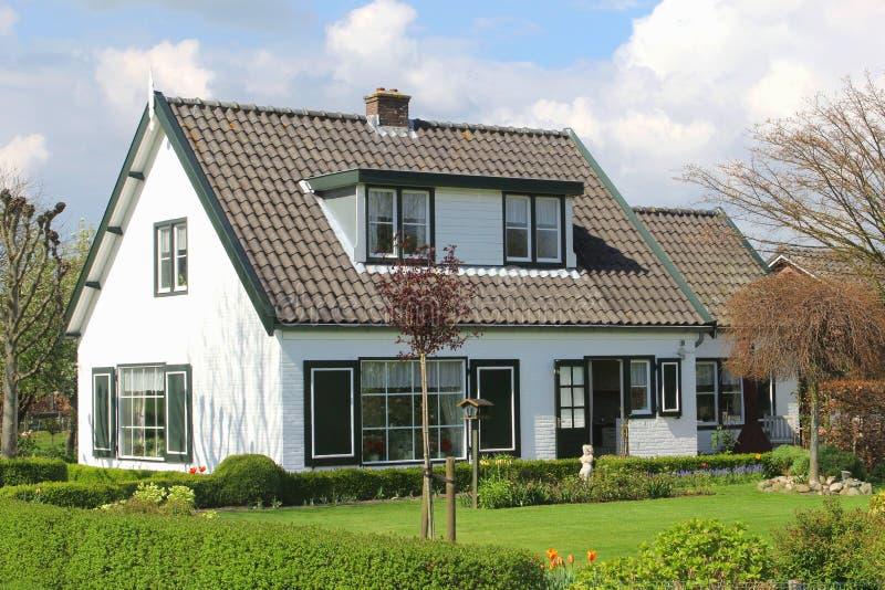 Modern landelijk huis met tuin in Holland stock afbeeldingen