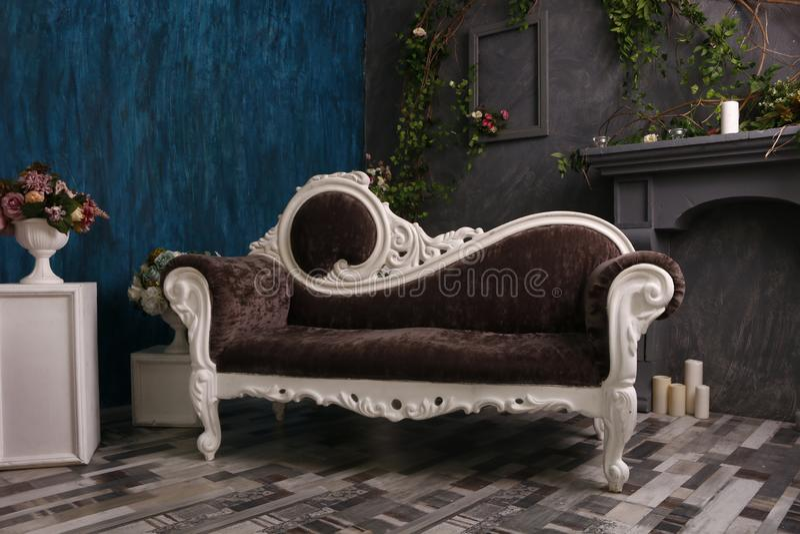 Modern Living Room vintage sofa en meubilair, interieur ontwerp stock afbeeldingen