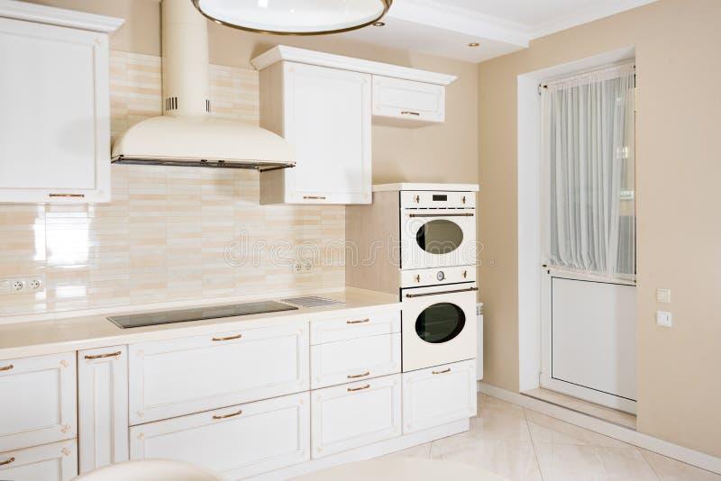 Modern, ljus ren kökinre i ett lyxigt hus Inredesign med klassiker- eller tappningbeståndsdelar praktiskt arkivfoto