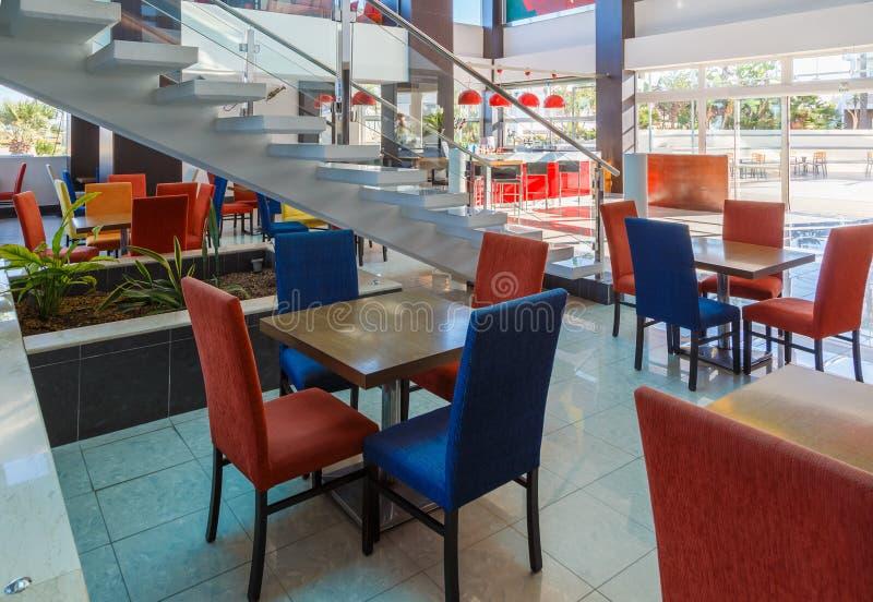 Modern lobby för europeiskt semesterorthotell för fem stjärnor arkivbilder