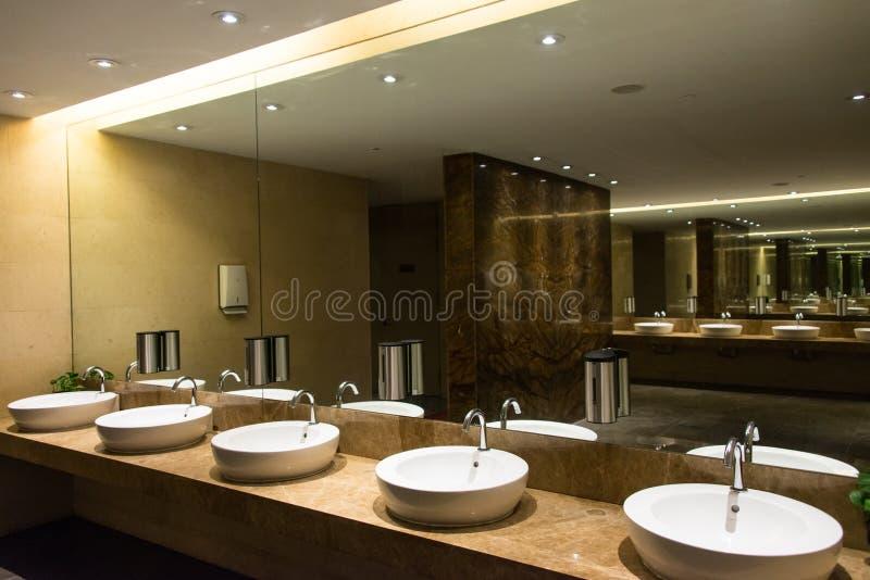 Modern Luxueus Toilet stock afbeeldingen