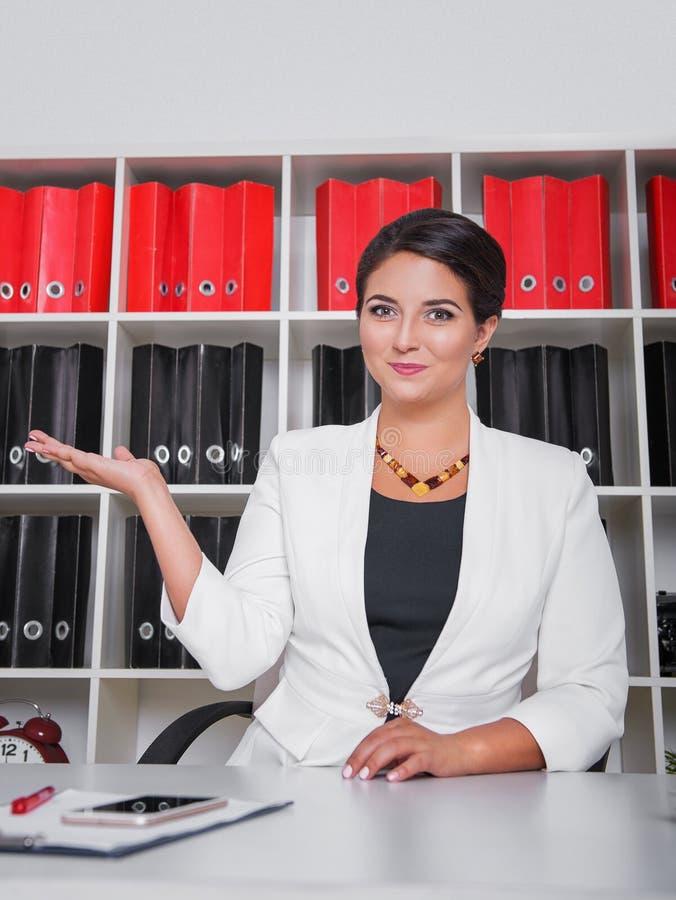 Modern lycklig härlig affärskvinna som visar den tomma handen royaltyfri fotografi