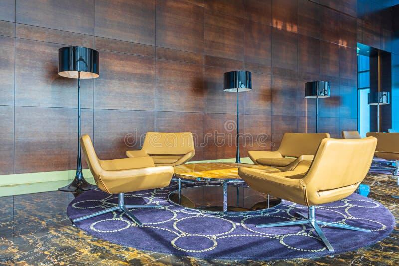 Modern lyxig bakgrund för affärsvardagsrumområde med tabell- och läderplatser fotografering för bildbyråer