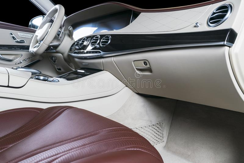 Modern lyxig bil inom Inre av den moderna bilen för prestige Bekväma läderplatser Röd perforerad lädercockpit med isolerat arkivbilder