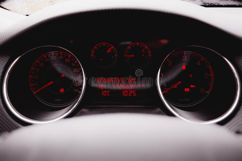 Modern lyxig bil inom Inre av den moderna bilen f?r prestige Svart perforerad l?dercockpit styrninghjul och instrumentbr?da royaltyfri foto