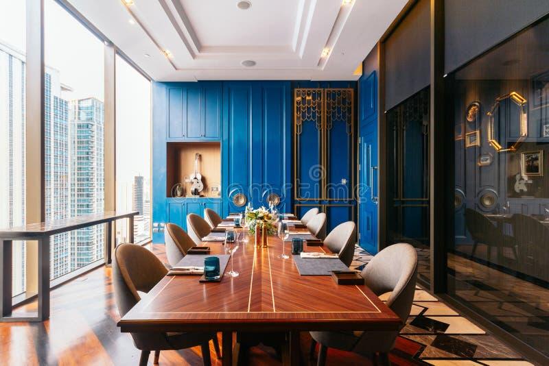 Modern lyxig dekorerad inre restaurang för storgubbematsal som kan beskåda Bangkok cityscape Elegant design för fint äta middag arkivbilder