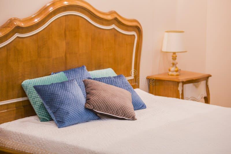 Modern lyxig träinre av sovrummet Design av ett rum i ett hotell med en säng och lampor för original- tabell arkivbilder