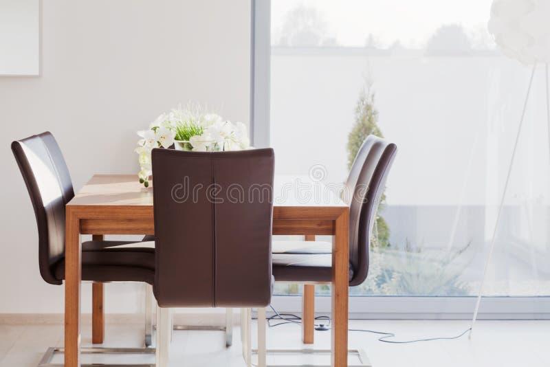 Modern möblerad matsal arkivfoto
