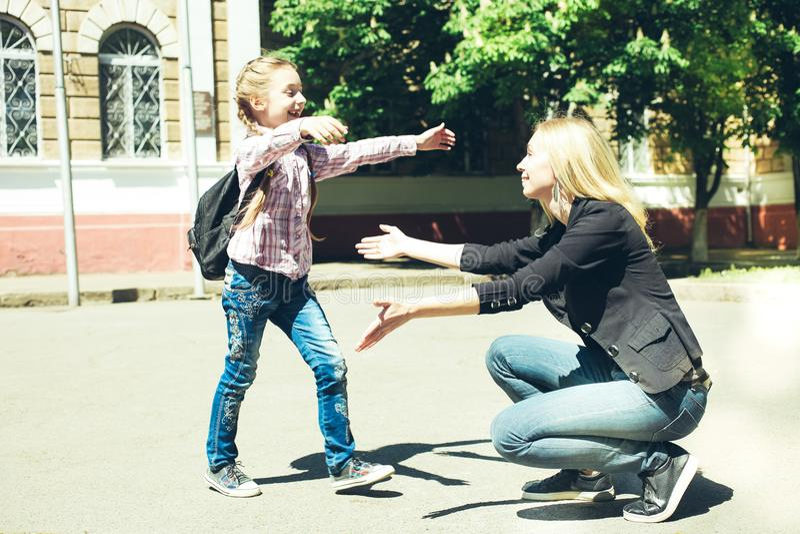 Modern möter hennes lilla dotter royaltyfri foto