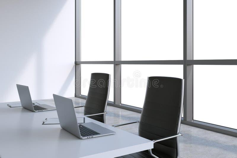 Modern mötesrum med enorma fönster med kopieringsutrymme Svarta läderstolar och en vit tabell med bärbara datorer royaltyfri illustrationer