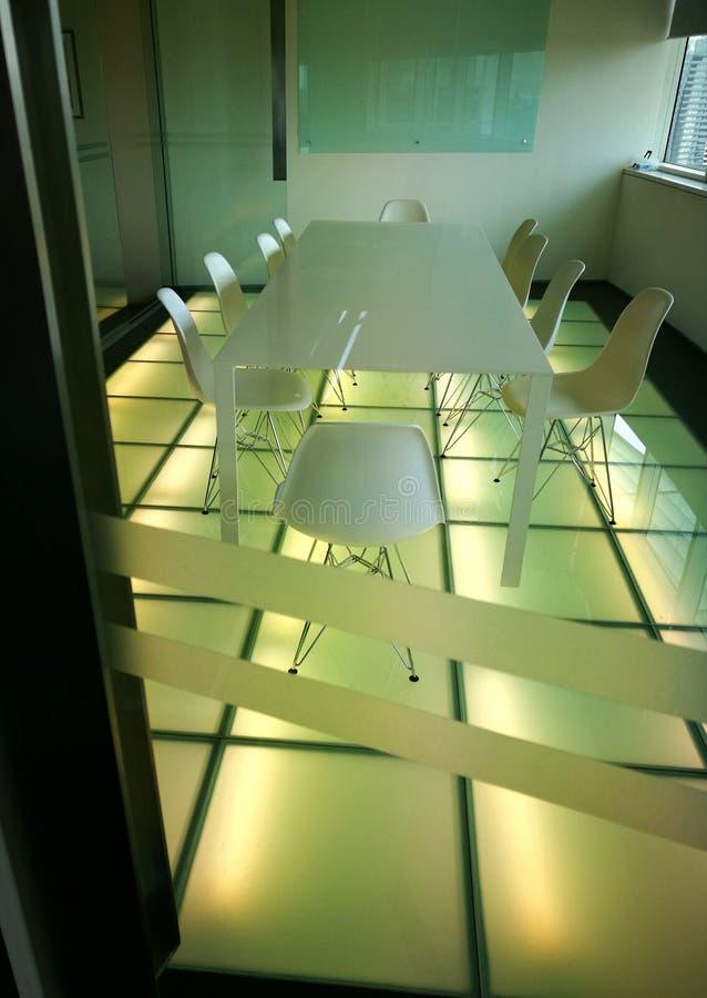Modern mötesrum som ses till och med den glass dörren royaltyfri bild