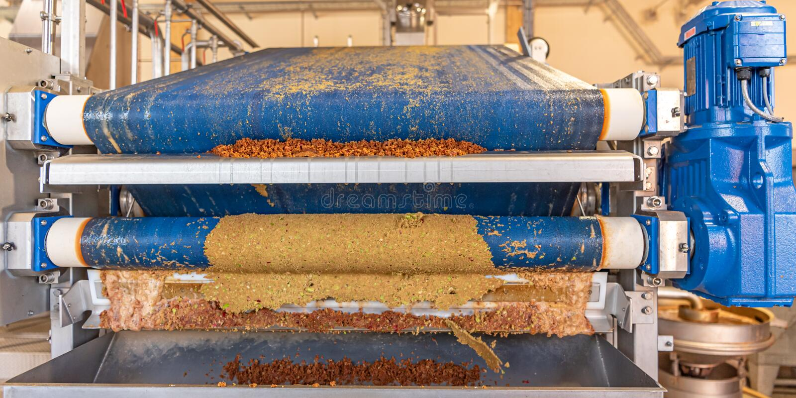 Modern Machine squeezes apples and apple pomace remain as press residues. Machine squeezes apples and apple pomace remain as press residues stock images