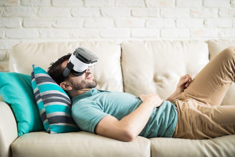 Modern man med VR-exponeringsglas royaltyfri bild