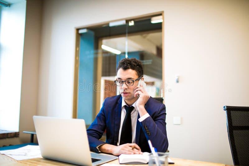 Modern manlig entreprenör som kallar via mobiltelefonen royaltyfria foton