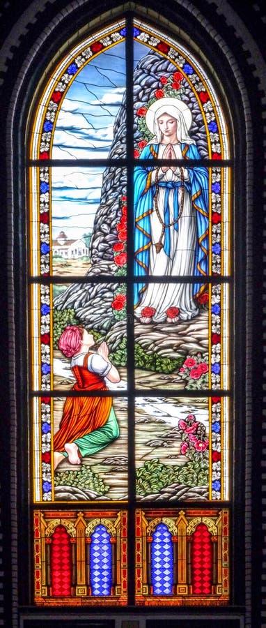 Modern Mary ber med ett barn arkivbild