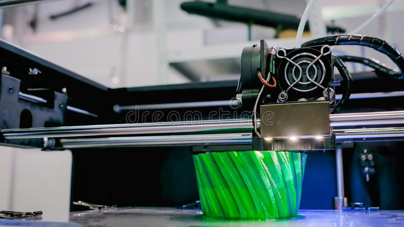 Modern maskin f?r skrivare som 3D skrivar ut den plast- modellen fotografering för bildbyråer