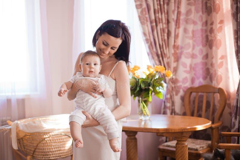 Modern med behandla som ett barn arkivfoton