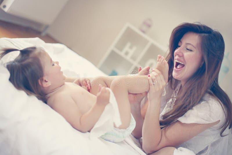 Modern med henne behandla som ett barn hemma royaltyfri bild