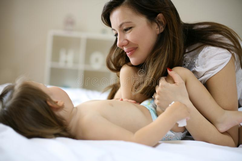 Modern med henne behandla som ett barn hemma royaltyfri fotografi