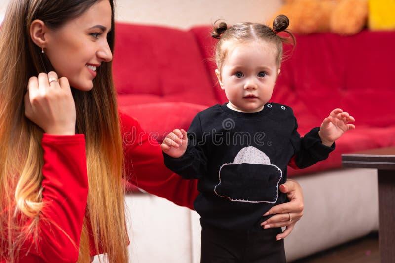 Modern med hennes gulligt behandla som ett barn hemma royaltyfria foton