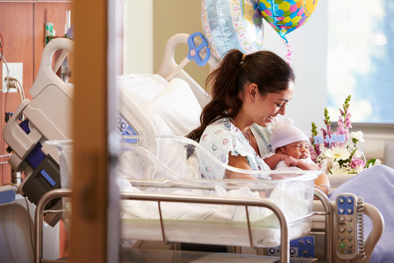 Modern med nyfött behandla som ett barn i stolpen Natal Department arkivfoto