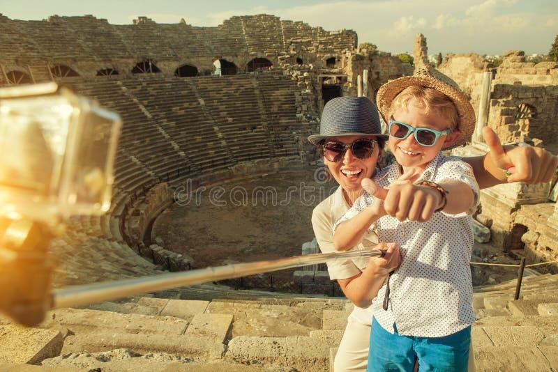 Modern med sonen tar ett semesterfoto på sidoampitheatren VI royaltyfri bild