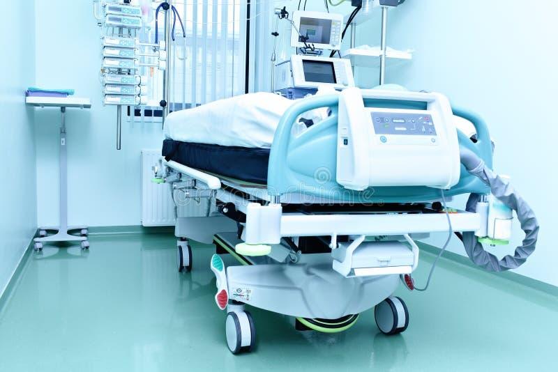 Modern medicinsk säng arkivfoton