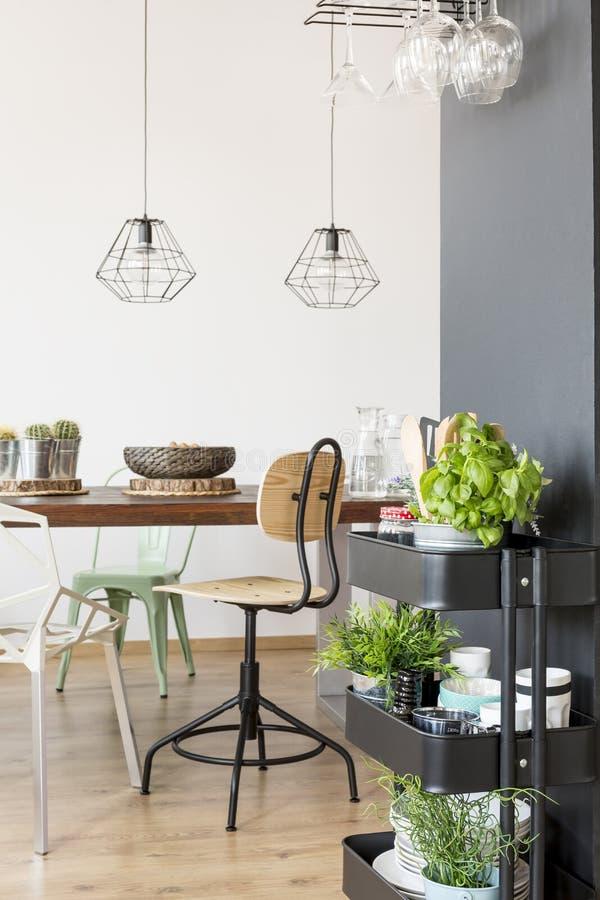 Modern meubilair in eetkamer stock afbeeldingen