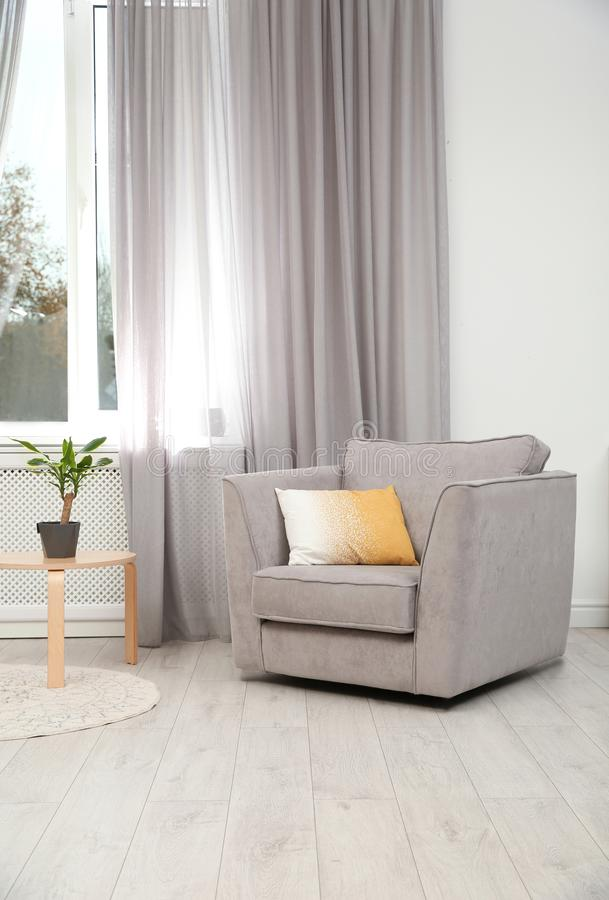 Modern meubilair en venstergordijn in modieuze binnenlands stock foto