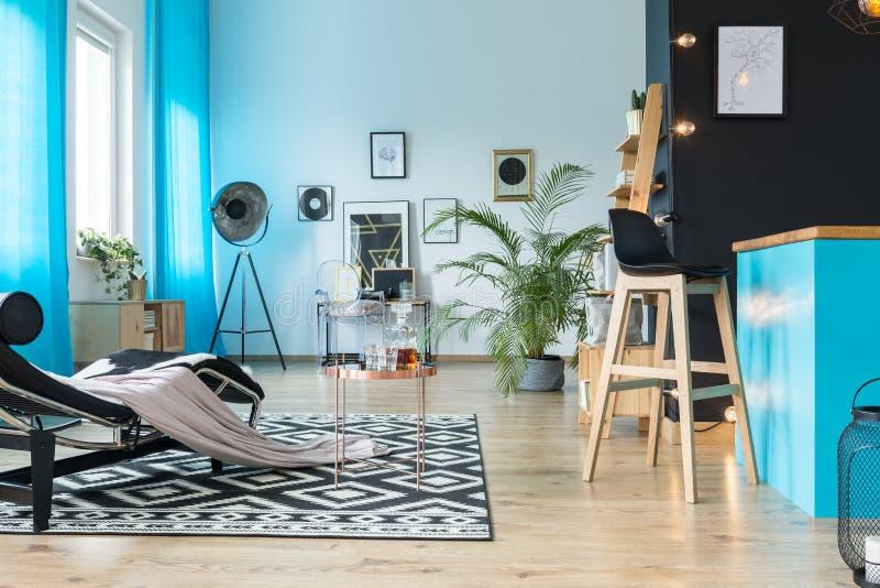 Modern meubilair in luxueuze zolder stock fotografie