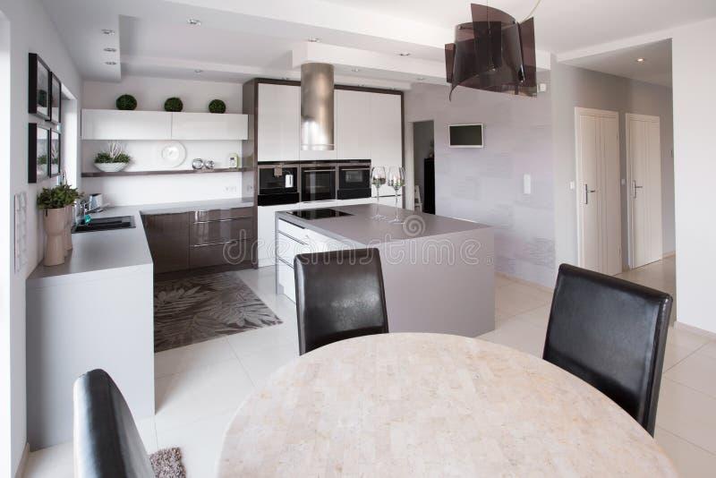 Modern meubilair in ontworpen keuken stock afbeeldingen