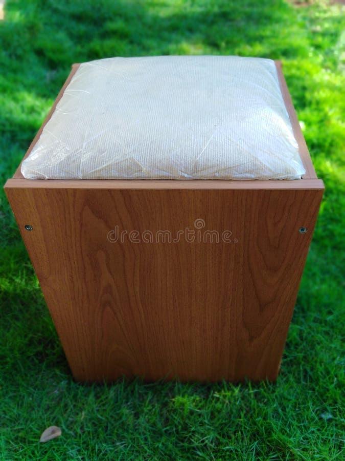 Modern meubilair op grasgebied stock foto