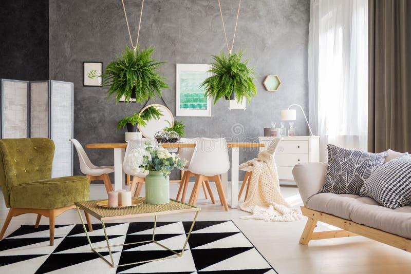 Modern meubilair op tapijt stock afbeeldingen