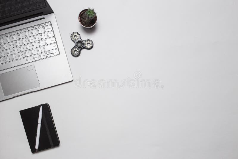 Modern minimalistic bureau of freelance werkruimte Hoogste mening De ruimte van het exemplaar Vlak leg Samenstelling met laptop,  royalty-vrije stock foto's